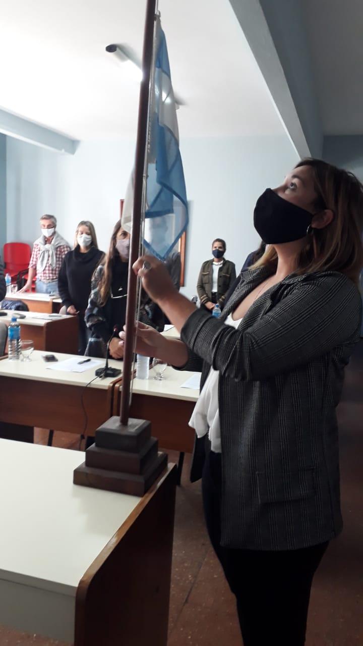 La Concejal Hadan izando la bandera