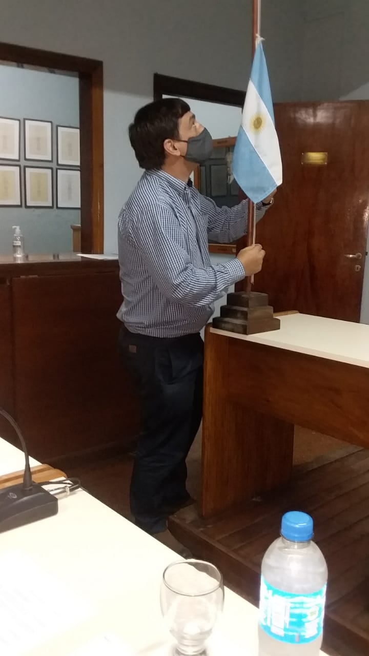 El Concejal Jovanovic izando la bandera