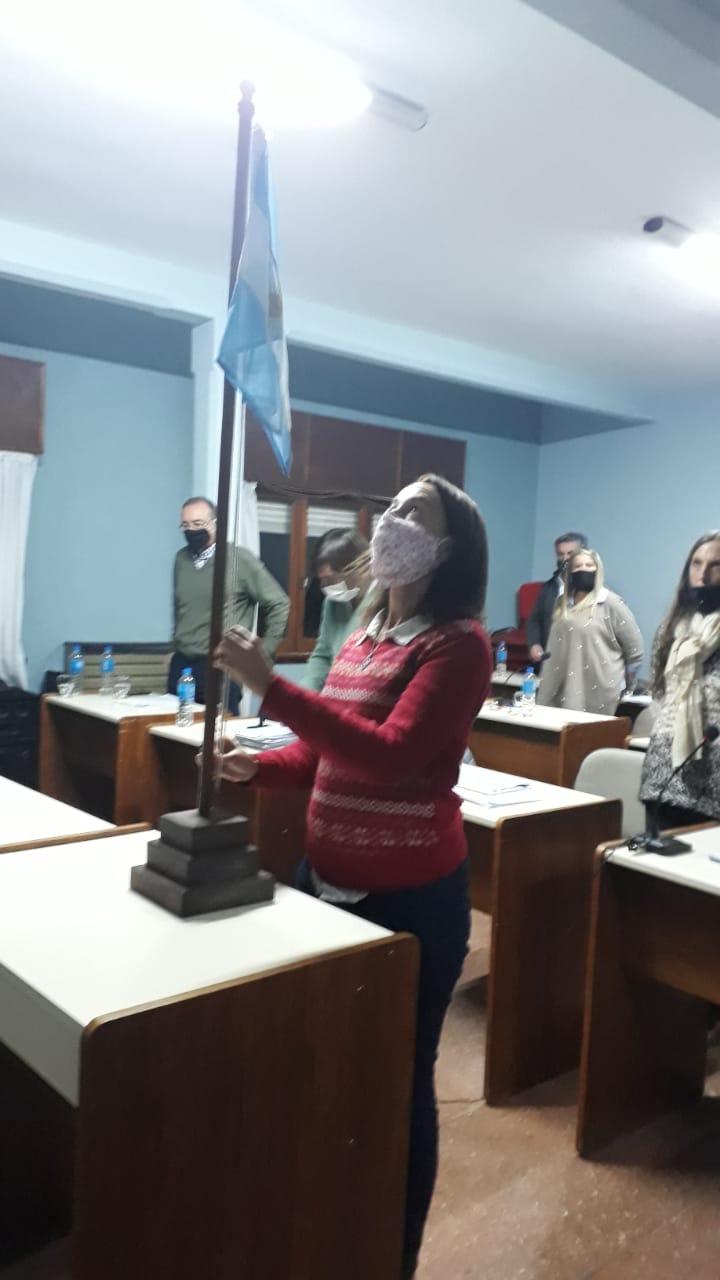 La Concejal  Pinedo izando la bandera