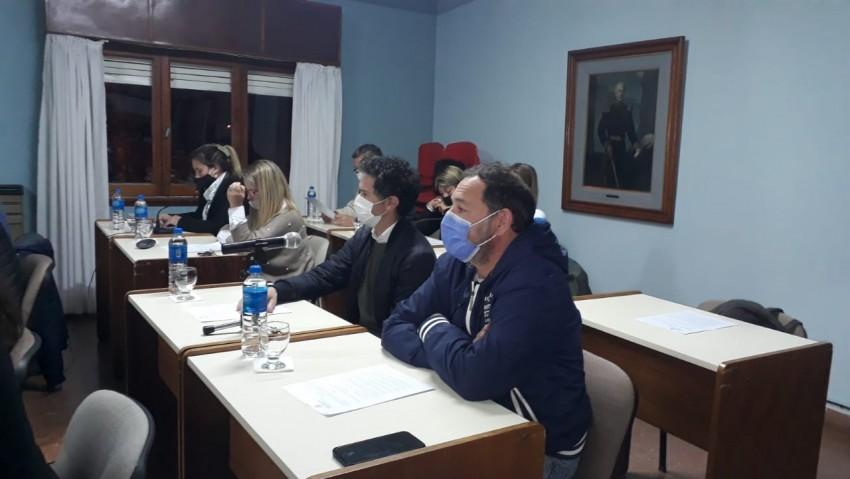 Los Concejales sesionando.-